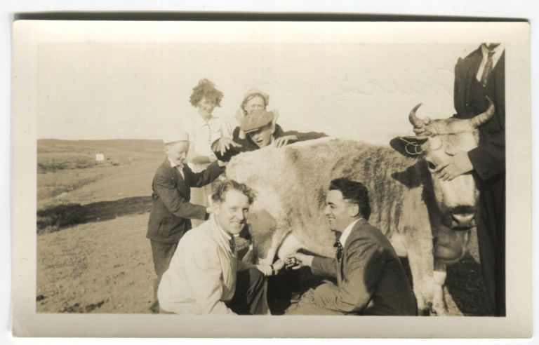 MILKIN' TIME GROUP EFFORT TO MILK BESSIE the COW VINTAGE SNAPSHOT PHOTO