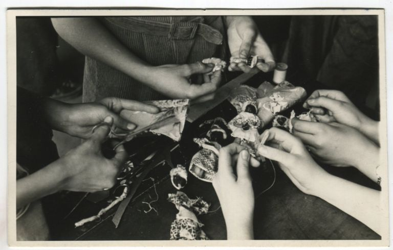 ODD HANDS MAKE LITTLE NUT DOLLS VINTAGE SNAPSHOT PHOTO