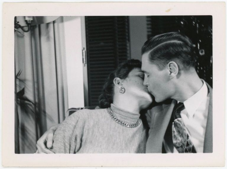 COUPLE PASSIONATELY KISS VINTAGE SNAPSHOT PHOTO