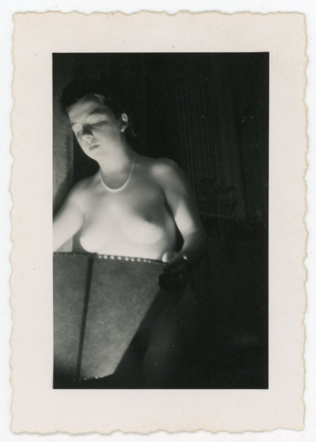 NUDE WOMAN HOLDS A LAMP SHADE VINTAGE SNAPSHOT PHOTO