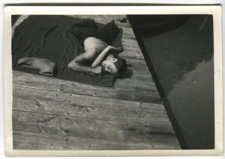 SHIRTLESS MAN SUNBATHER BITES HIS THUMB ON THE DOCK VINTAGE SNAPSHOT PHOTO