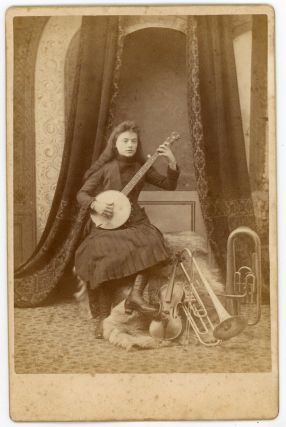 WOMAN MUSICIAN WITH BANJO, VIOLIN AND HORNS 1880s CABINET CARD PHOTO